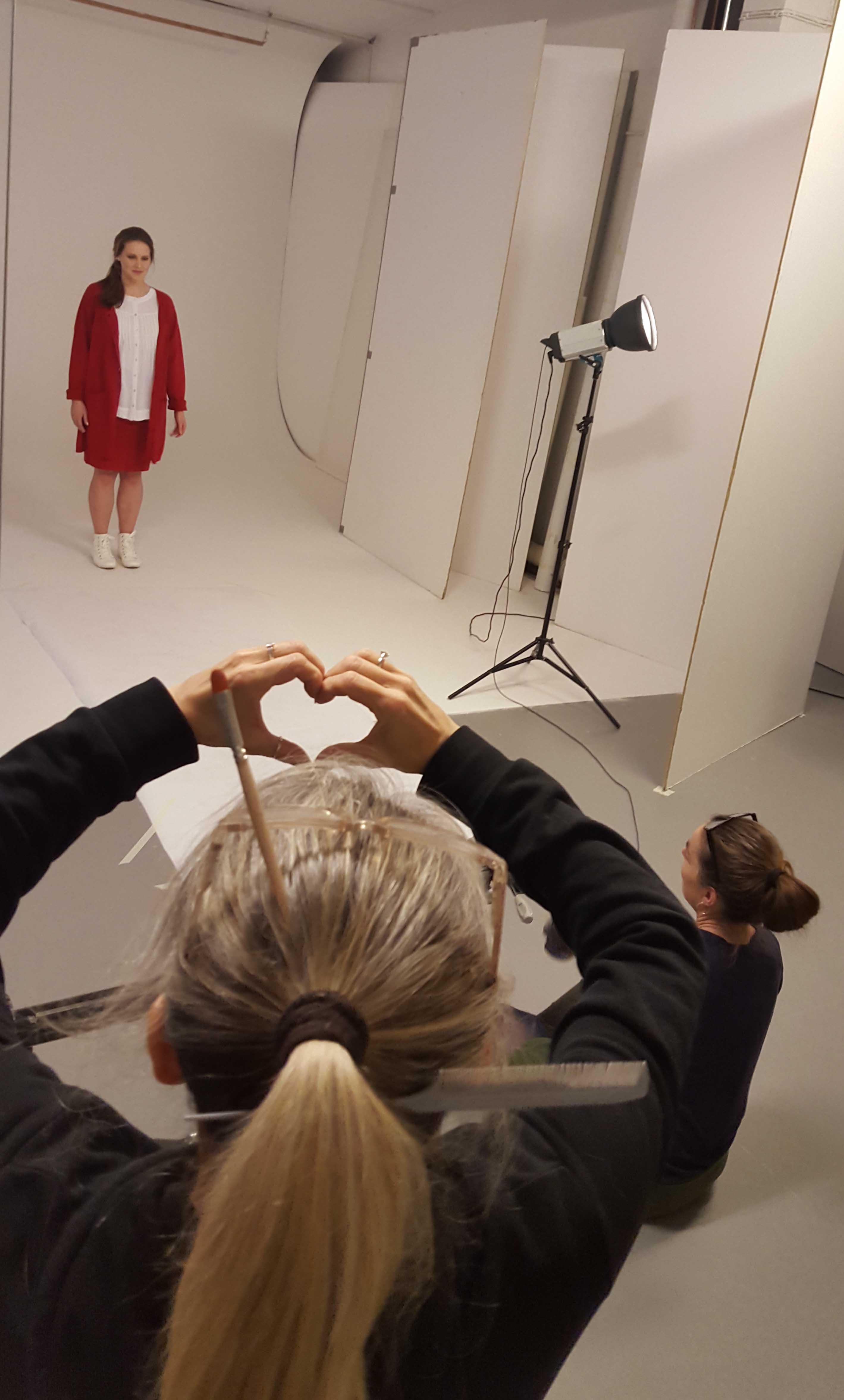 Sarah värmer upp framför kameran i Karin cardigan, Ella blus och Paris kjol. Make-up artisten Mia bär verktygen i håret och ger kärlek och stöd inför premiären.