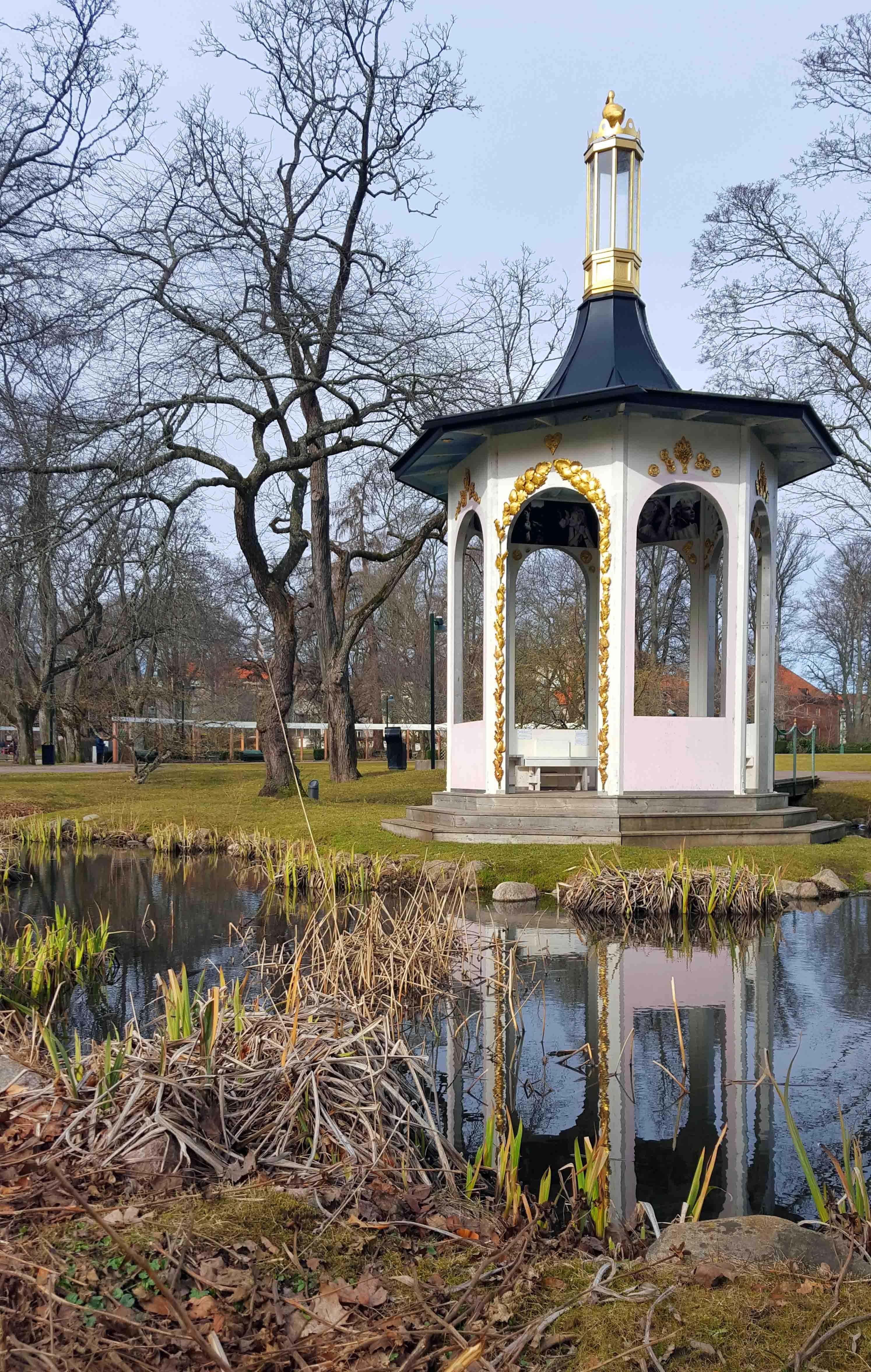 I Trädgårdsföreningen i Linköping sken solen bakom tunna moln och träden knoppade.