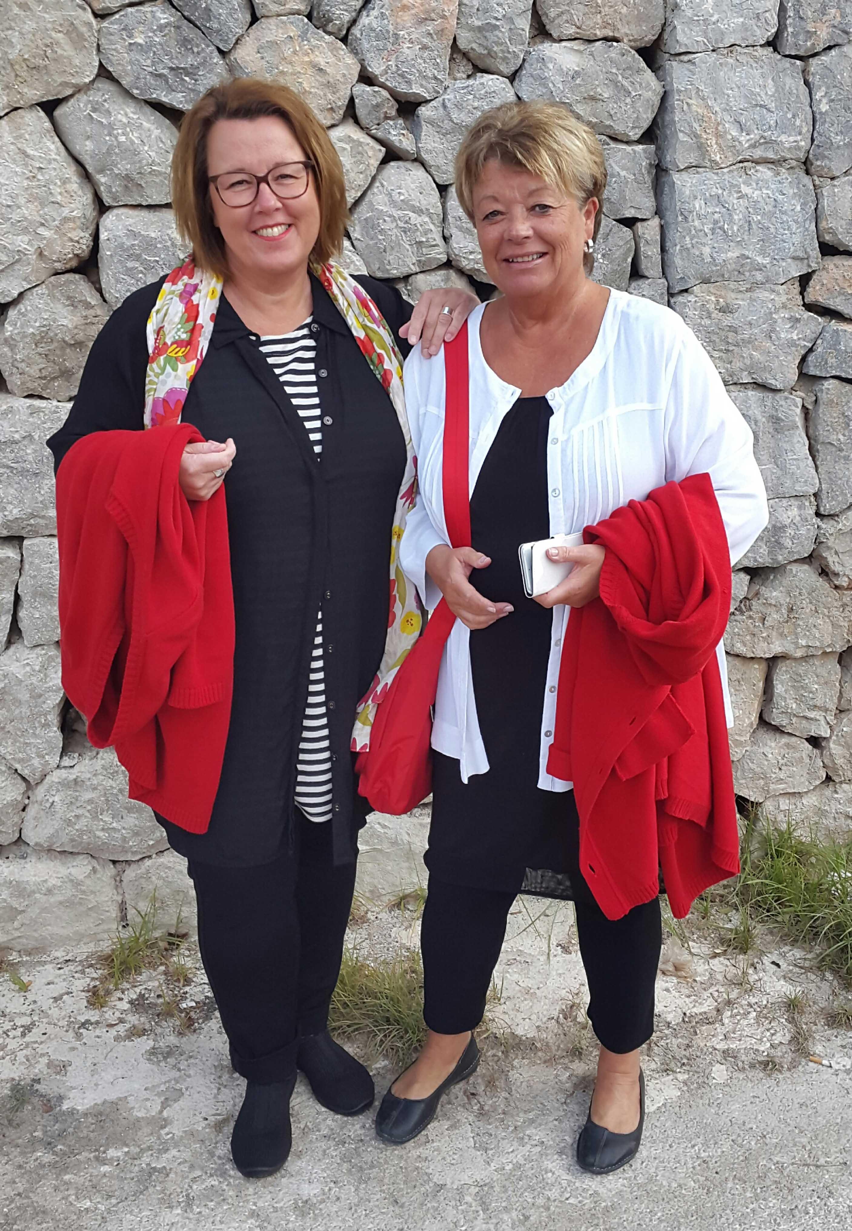 """Cecilia med väninna på """"vintersemester"""". Ständigt våra röda Karin koftor i beredskap. Cecilia i Paris linne och Elira blus. Majken  i Ella blus. Båda i Petra byxa."""