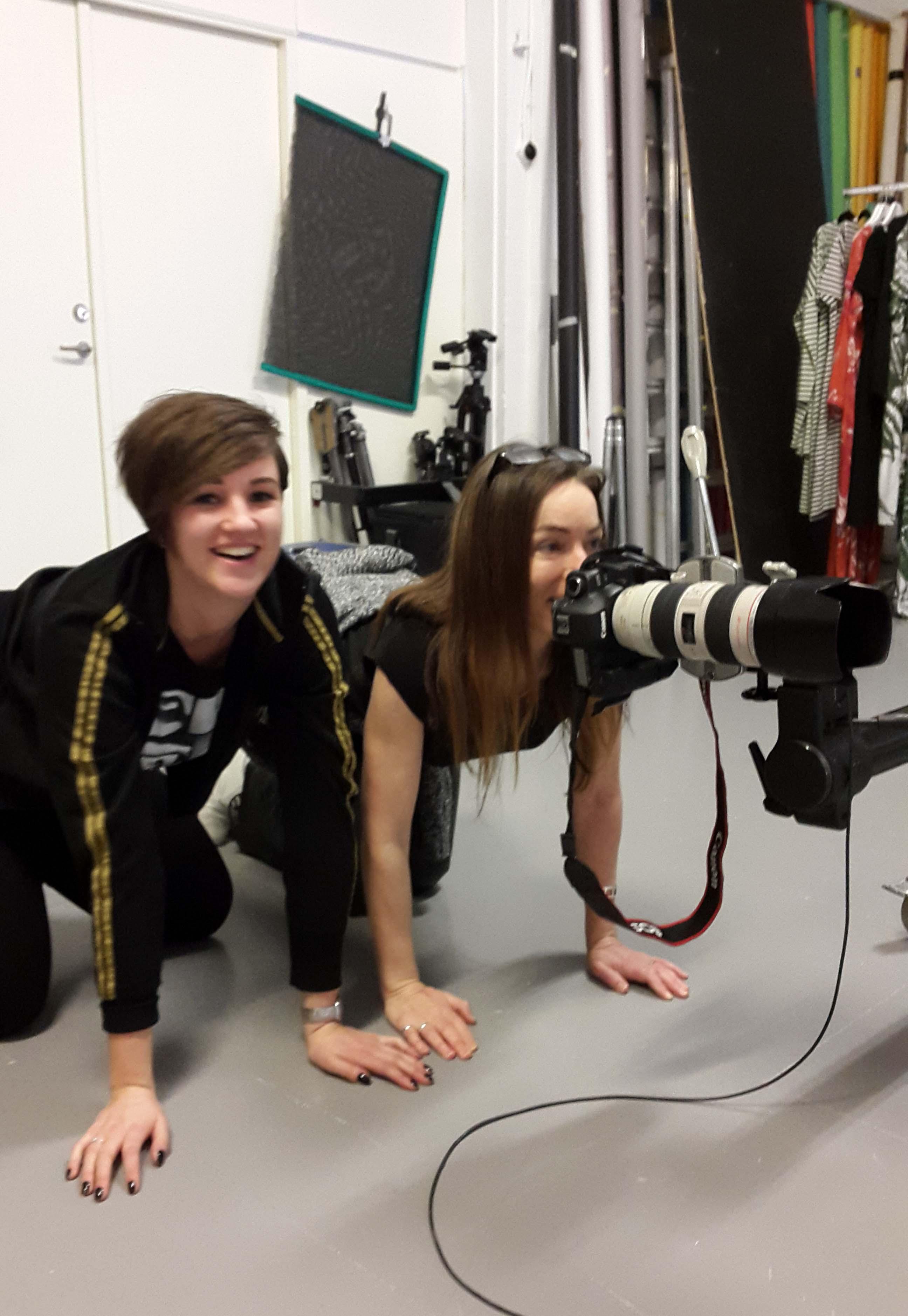 Fanny och fotograf Camilla provar nya perspektiv. Underifrån blir bra!