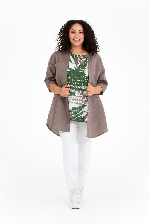 Audrey bär Olina topp i Fern grön och Alva skjorta i mullvad. Pris 499:-/699:-