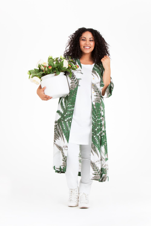 Audrey bär Oksana kimono, Pim linne och Pamela byxa. Pris 799:-/399:-/699:-
