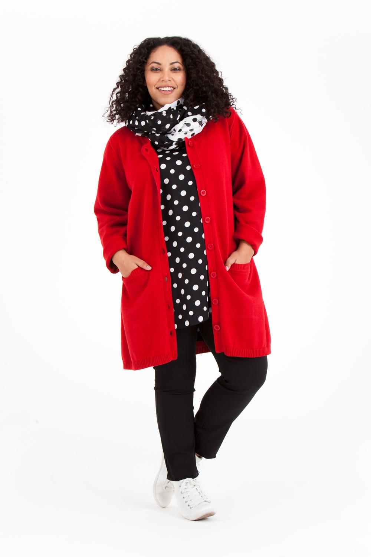 Det är skönt att packa med sig en kofta i ren bomull. Karin finns i rött, marin och mullvad. Pris 899:- Finns även som kort variant med namnet Kim i samma färger.