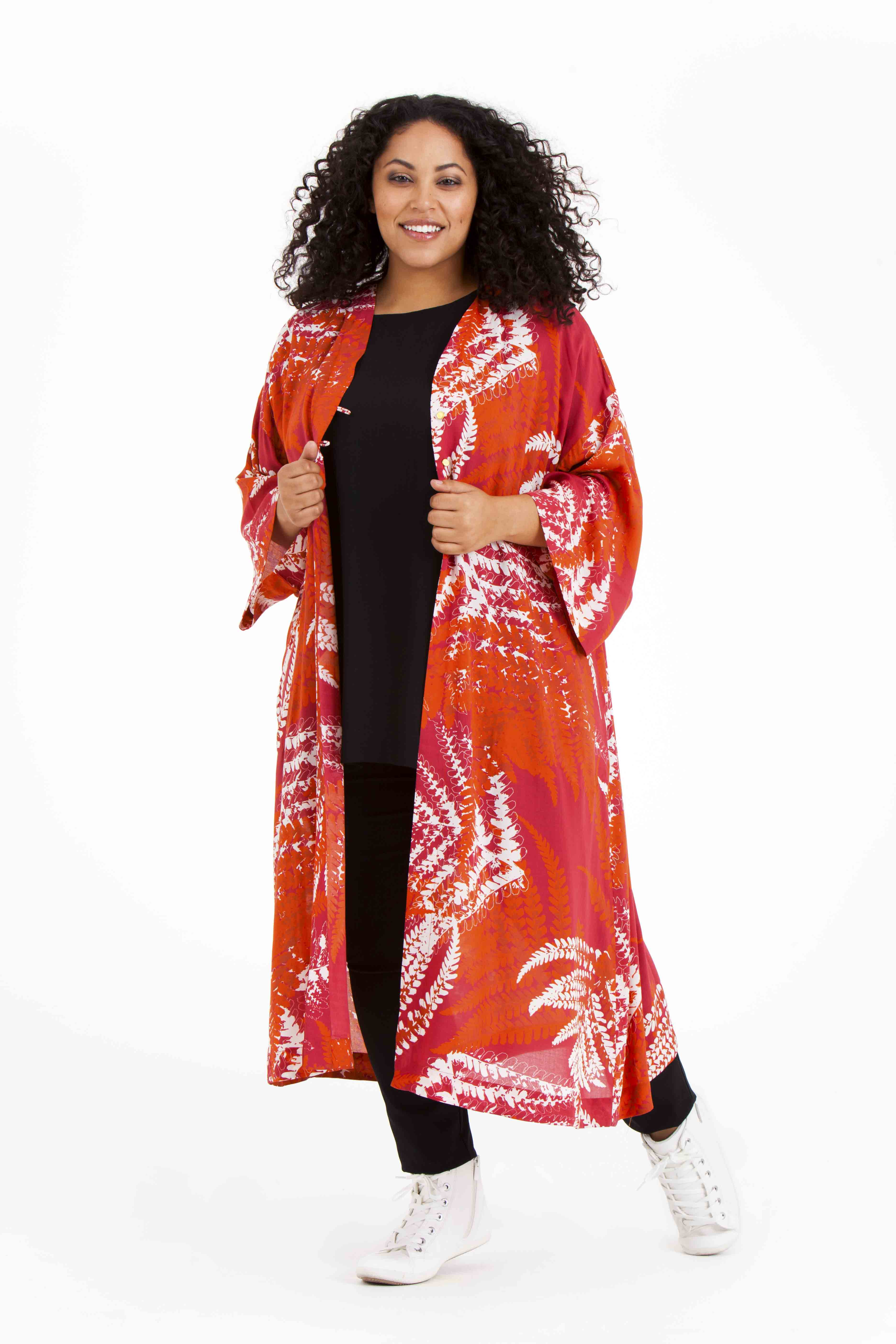 Årets modell Audrey på språng i Oksana kimono Pris 799:- Olina topp 499:- Pamela byxa 699:-