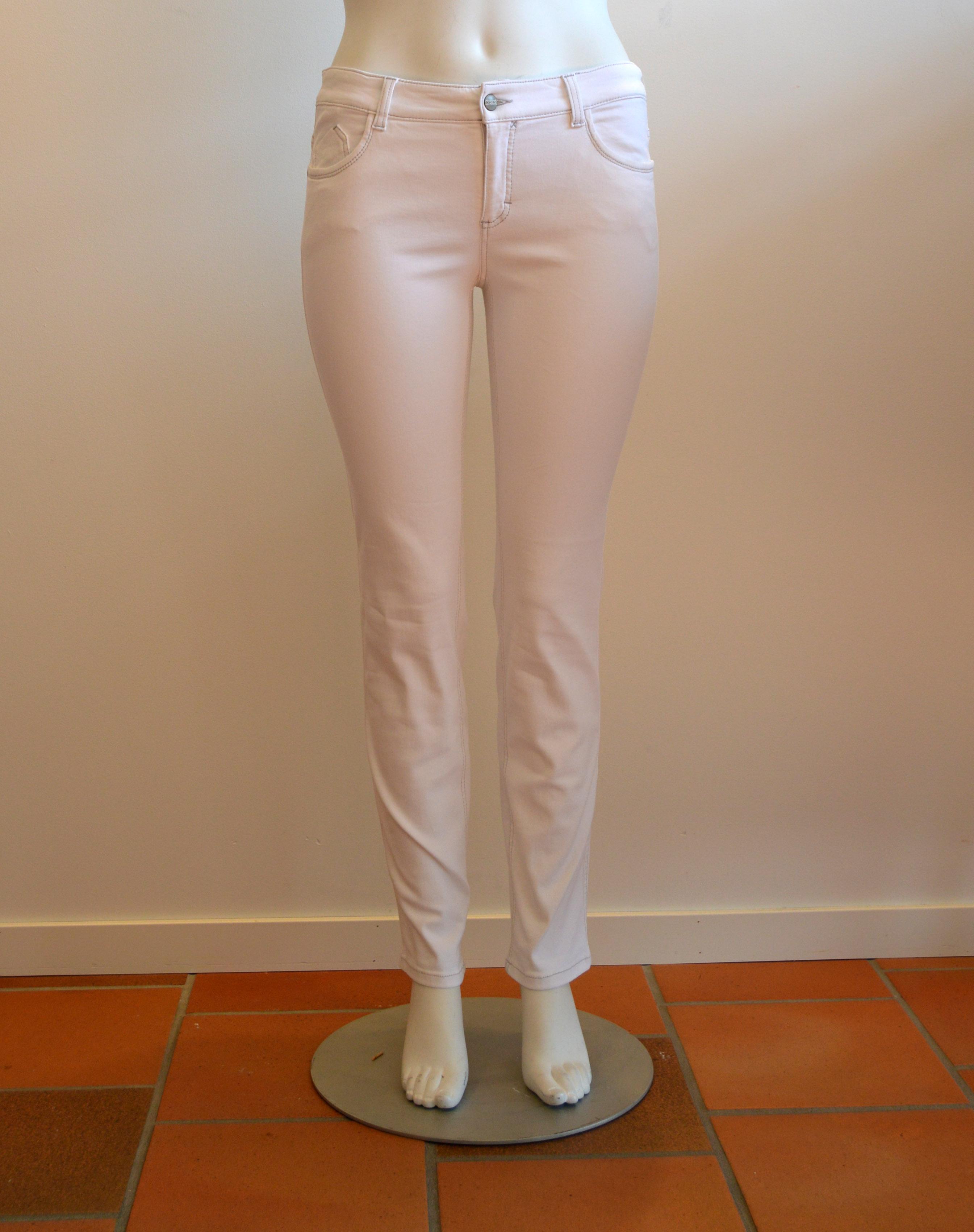 Power jeans finns i svart, vitt och blått i storlek 42-50. Pris 899:-