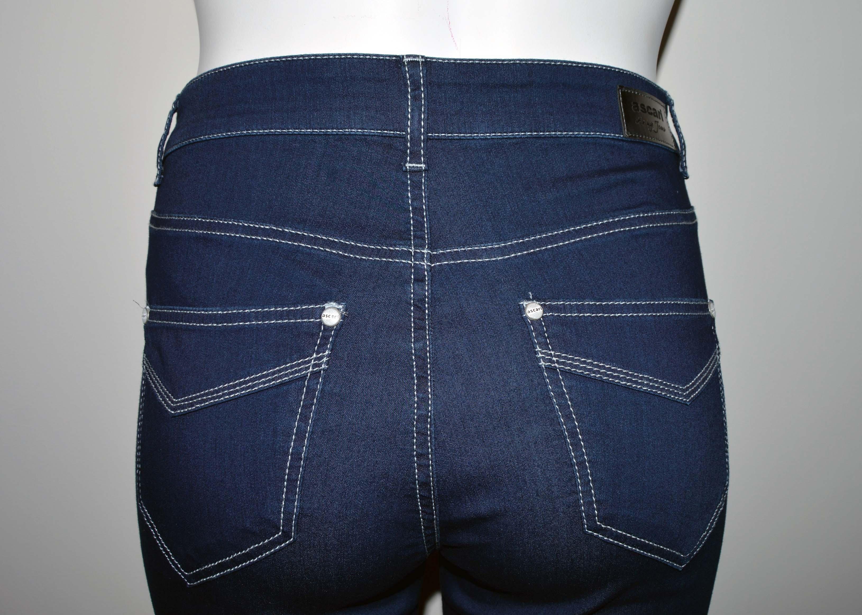Mörkblå jeans Lena i storlekar 42-52. Pris 899:-